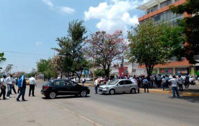 Bloquean trabajadores del IEBO sobre Avenida Universidad, en la capital