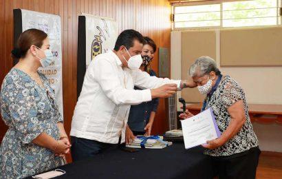 El Rector de la UABJO, entregó medallas y reconocimientos a universitarias destacadas