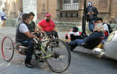 Continúan atletas paralímpicos a las afueras de Casa Oficial de Oaxaca