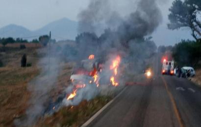 Un muerto, deja fuerte accidente entre Urvan y automóvil particular en Ayoquezco