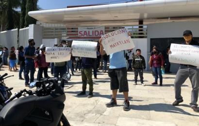 Padres de familia y maestros protestan en Ciudad Administrativa, piden clave
