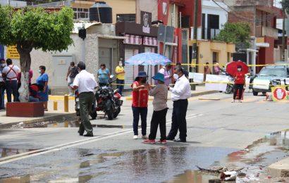 Vecinos bloquean calle en Ex Marquesado por fuga de aguas negras