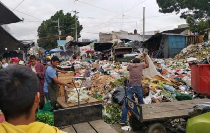 Trabajadores de limpieza paran labores; se acumulan montones de basura