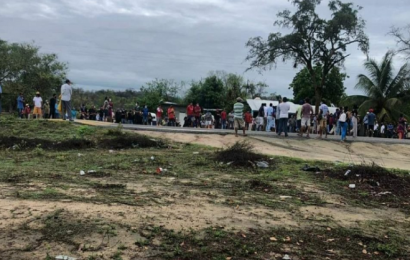 Con bloqueo, pobladores de Huamelula denuncian desvío de recursos