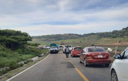 Mezcaleros bloquean la carretera al Istmo; exigen reconozcan a Abelino Cohetero