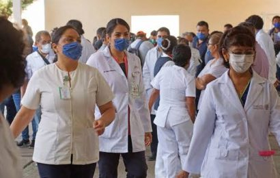 Al menos 30 trabajadores de Salud, ya vacunados, dan positivo a COVID en Oaxaca