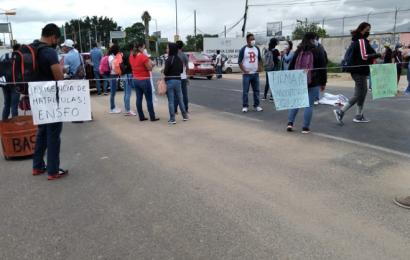 Normalistas sitian crucero del Aeropuerto, piden dinero