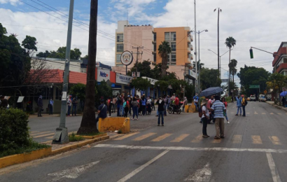 Normalistas sitian ADO en Oaxaca; piden dinero a Murat