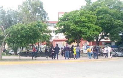 En busca de prebendas, trabajadores abandonan pacientes del Hospital Civil por segundo día