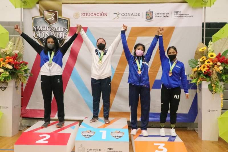 Luchadoras oaxaqueñas hechas de puro metal, oro para Karina Gutiérrez