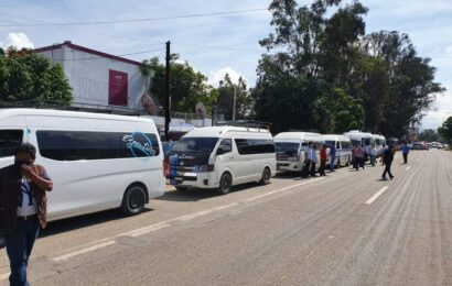 Amenazan transportistas con bloquear carretera por incumplimiento de la SCT
