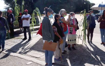 Exigen rehabilitar drenaje de la Gómez Sandoval; bloquean camino al Rosario
