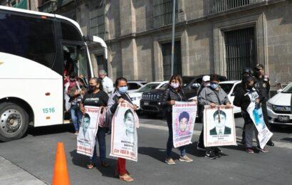 Llegan a Palacio Nacional familiares de los 43 normalistas para cita 15 con AMLO