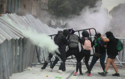 Termina marcha por aborto legal, con choque entre feministas y policía