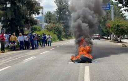 Vandalizan transportistas de la Costa oficinas de Semovi para exigir concesiones