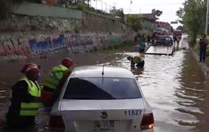 Rescata Bomberos vehículo varado en el puente Valerio Trujano