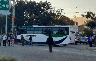 Bloquean trabajadores del IEBO accesos a Tuxtepec